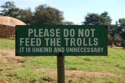 Panneau « Please Do Not Feed the Trolls »